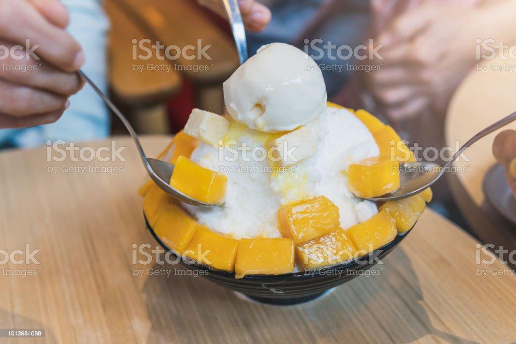 사람들의 그룹 망고를 먹고 즐길 수 빙 수, 한국 디저트 스톡 사진