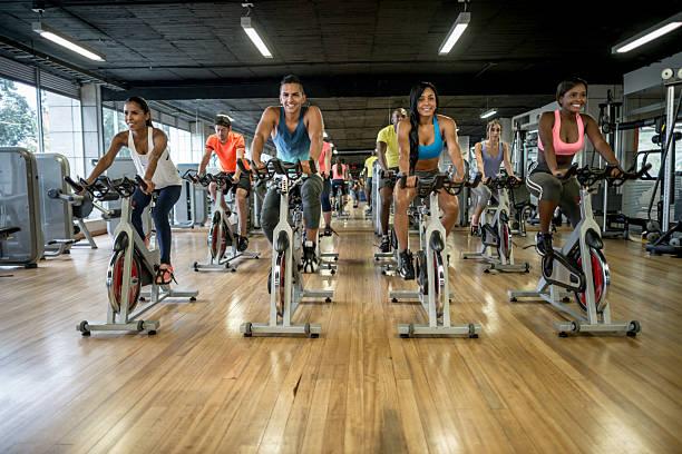 group of people exercising at- the gym - herumwirbeln frau stock-fotos und bilder