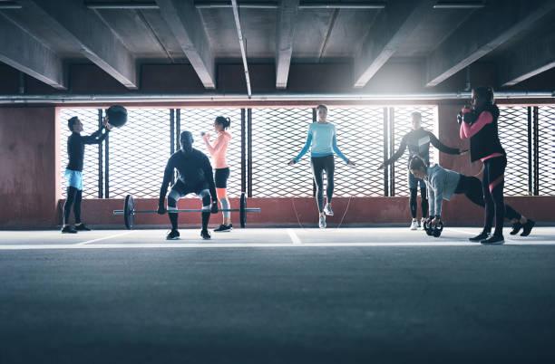 Grupo de personas haciendo ejercicio juntos - foto de stock