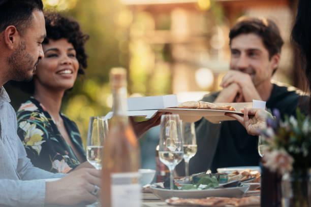 grupo de personas que tienen una fiesta al aire libre - couple lunch outdoors fotografías e imágenes de stock