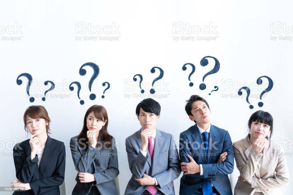 質問を持つ人々 のグループ。 ストックフォト