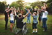 公園で一緒に手を保持している人々 のグループ