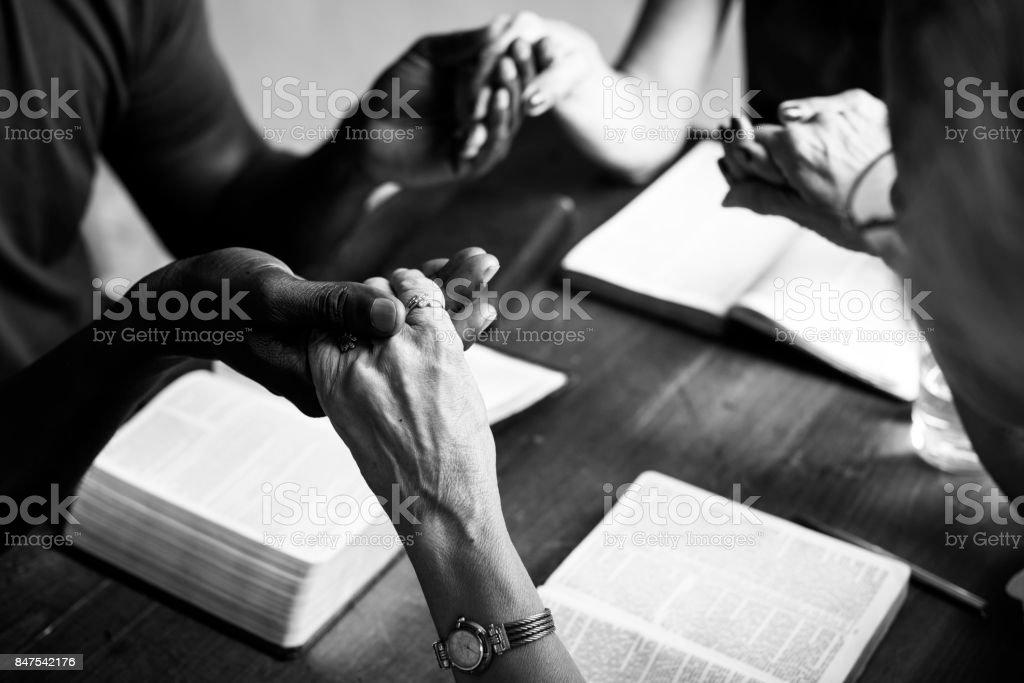 Foto De Grupo De Pessoas Orando Adoração Acreditar De Mãos