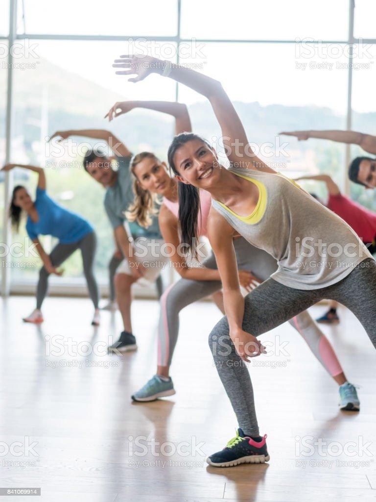 Gruppe von Menschen in einem Aerobic-Kurs – Foto