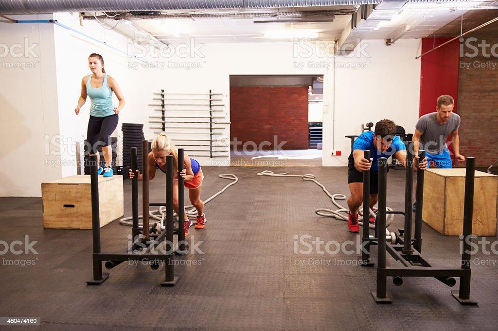 Circuito Na Academia : Foto de grupo de pessoas na academia de treinamento de circuito e