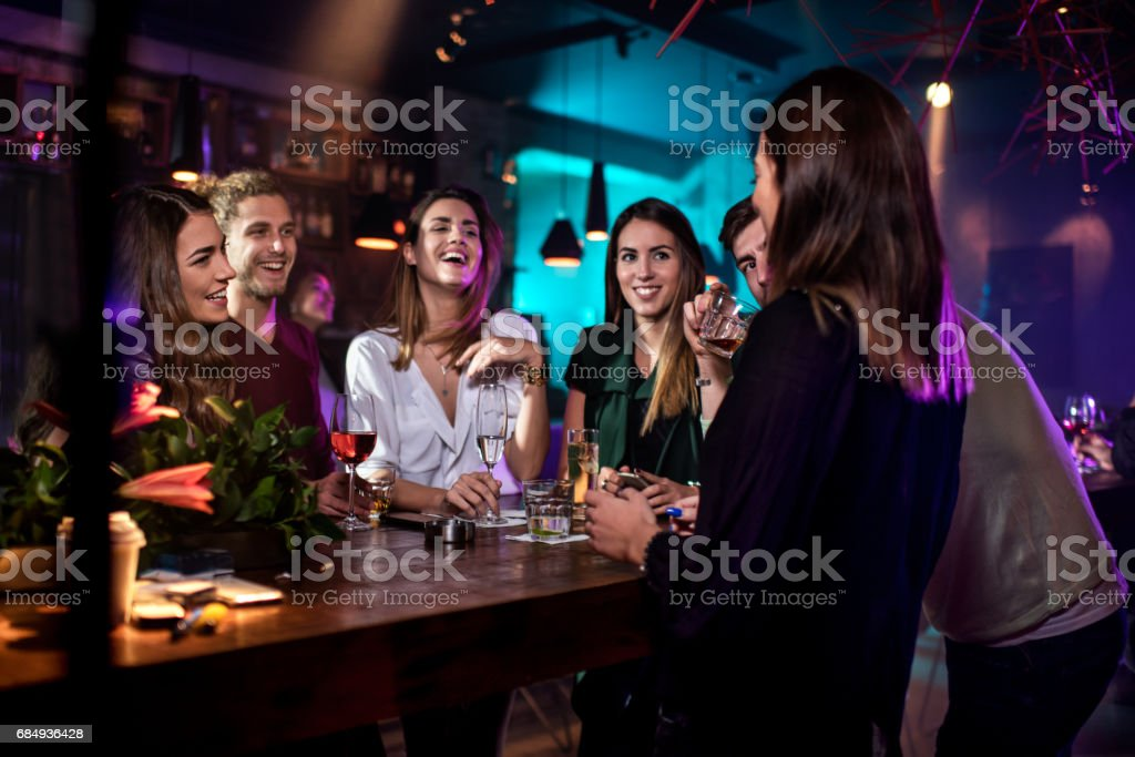 Gruppe von Personen in der bar – Foto