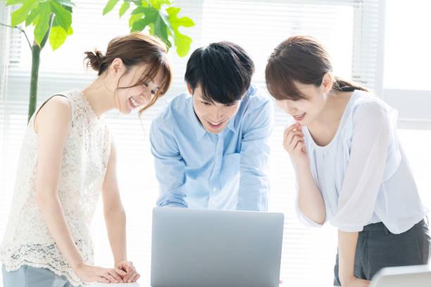 オフィスで人々 のグループ。 - パソコン 日本人 ストックフォトと画像