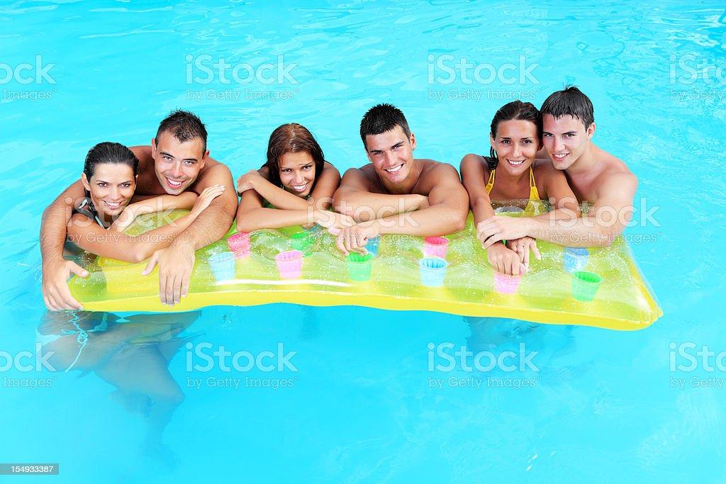 Grupa ludzi Patrząc na kamery na basenie. – zdjęcie