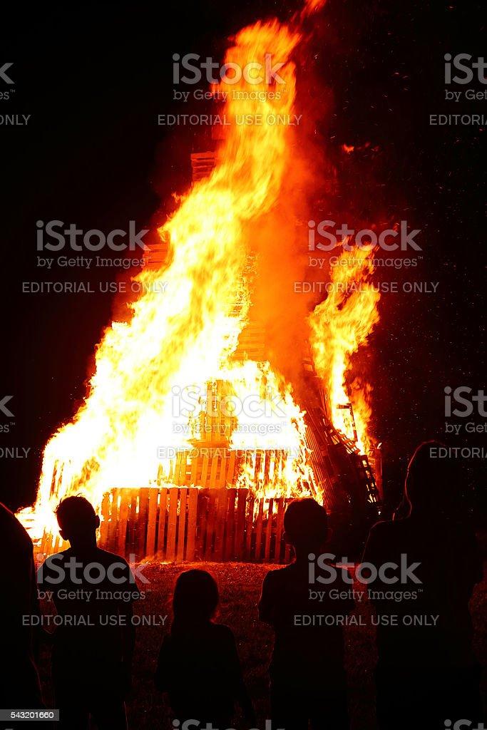 Groupe de personnes dans un grand feu de bois en été - Photo