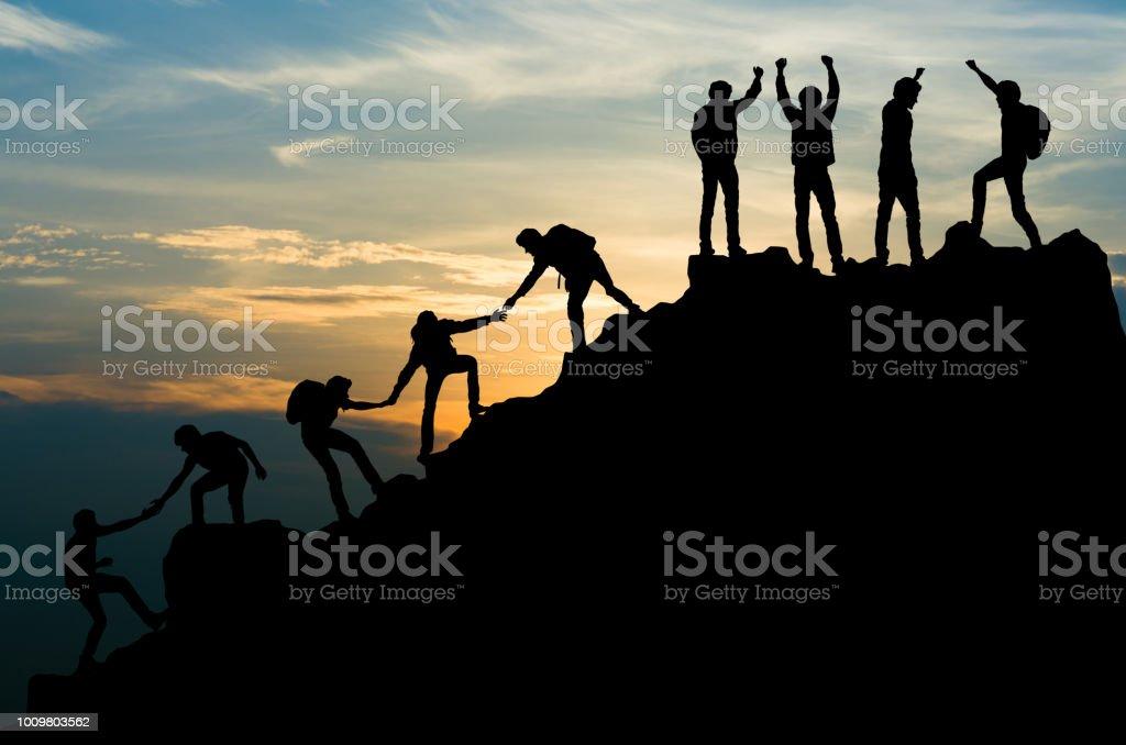 Grupo de personas en subir de la montaña de pico ayuda a equipo de trabajo, viajes trekking concepto de negocio de éxito - foto de stock