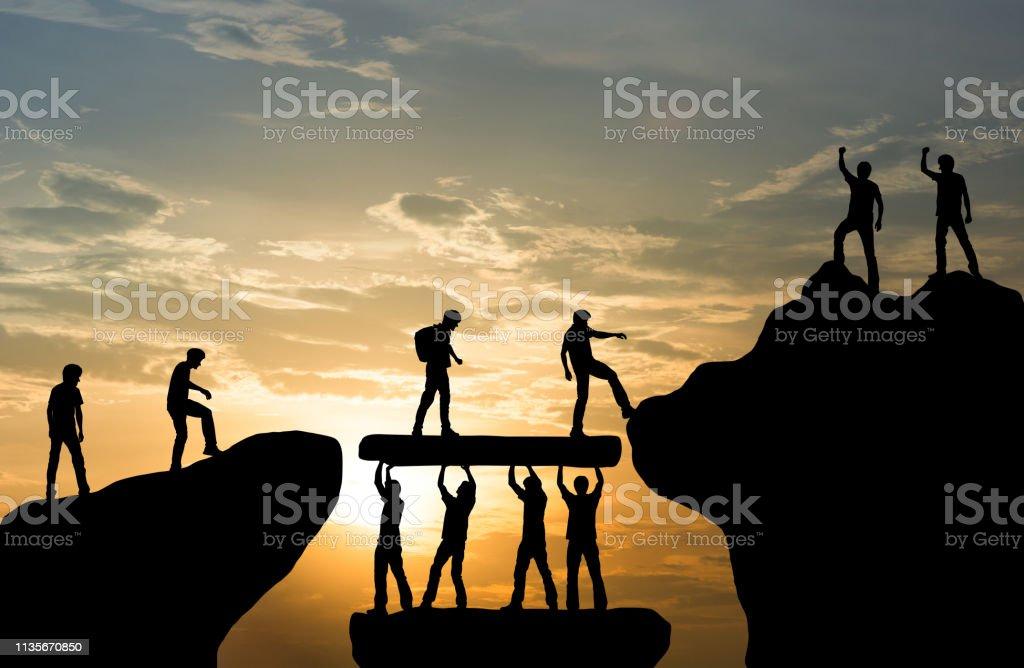 Grupo de pessoas no trabalho de equipe de ajuda da escalada de montanha máxima, curso trekking conceito do negócio do sucesso - Foto de stock de Adrenalina royalty-free