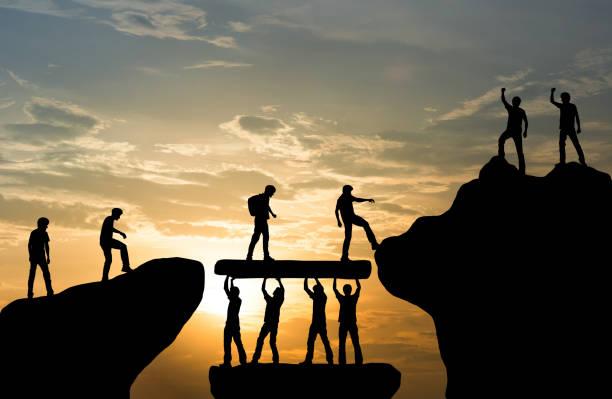 山頂登山團隊合作、旅遊徒步成功的經營理念 - 成功 個照片及圖片檔