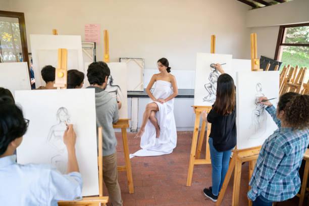 grupo de pintura modelo vivo en una clase de arte de la gente - clase de arte fotografías e imágenes de stock