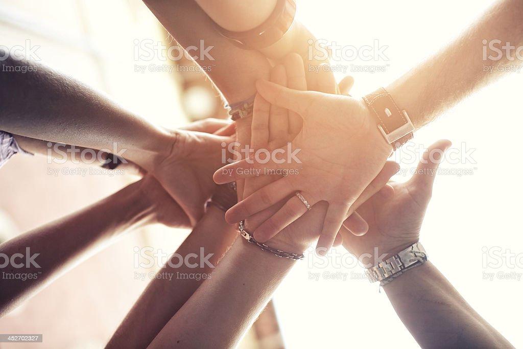 Gruppe von Menschen, platzieren Sie die Hände auf der anderen - Lizenzfrei Arme hoch Stock-Foto