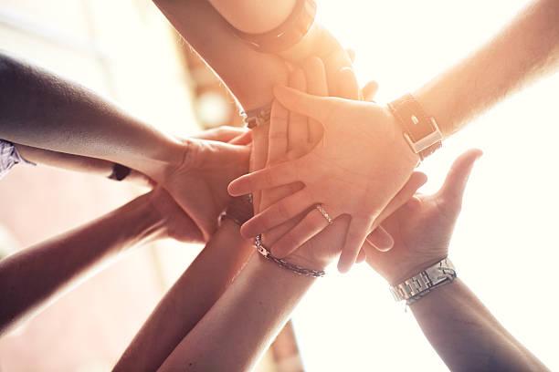 Gruppe von Menschen, platzieren Sie die Hände auf der anderen – Foto