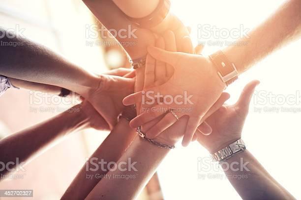 Gruppe Von Menschen Platzieren Sie Die Hände Auf Der Anderen Stockfoto und mehr Bilder von Arme hoch