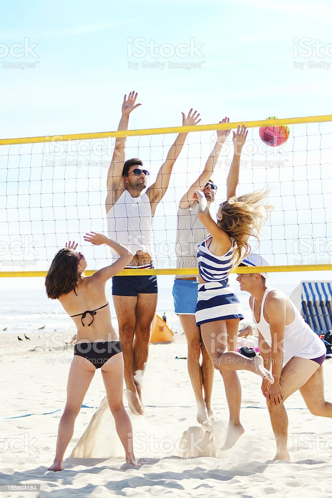 Znajomych Gra volleybal – zdjęcie
