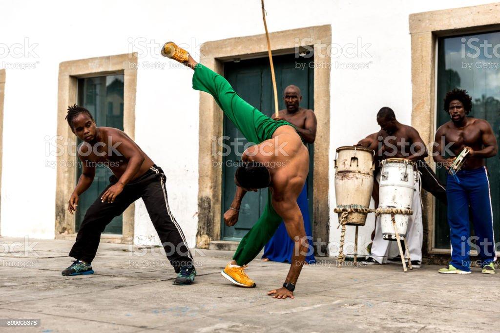 Grupo de pessoas jogando Capoeira em Salvador, Bahia, Brasil - foto de acervo