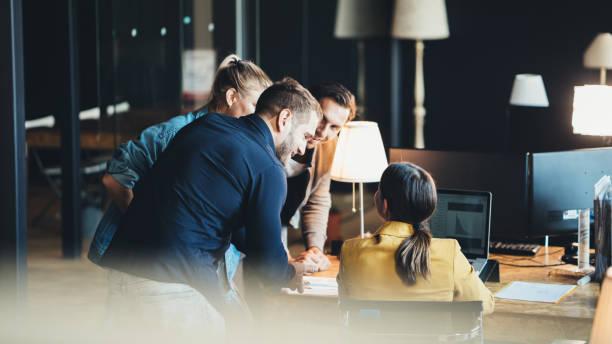 Gruppe von Menschen, die im Amt sprechen und arbeiten – Foto