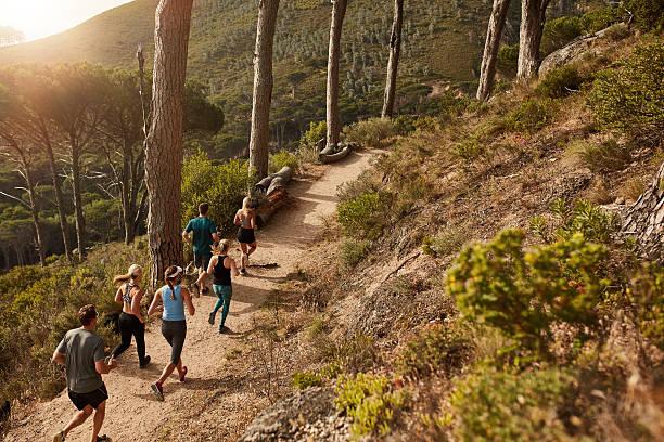 grupo de personas senda para correr por un sendero un las montañas - trail running fotografías e imágenes de stock