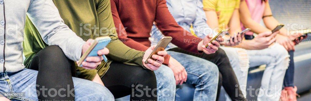 Gruppe von Menschen, die Verwendung von Mobiltelefonen in Metro u-Bahn u-Bahn - Konzept von der sucht nach neuen Technologie Trends - Entfremdung Moment für Nachwuchs-Problem - Soft-Fokus auf linke Frau hand – Foto