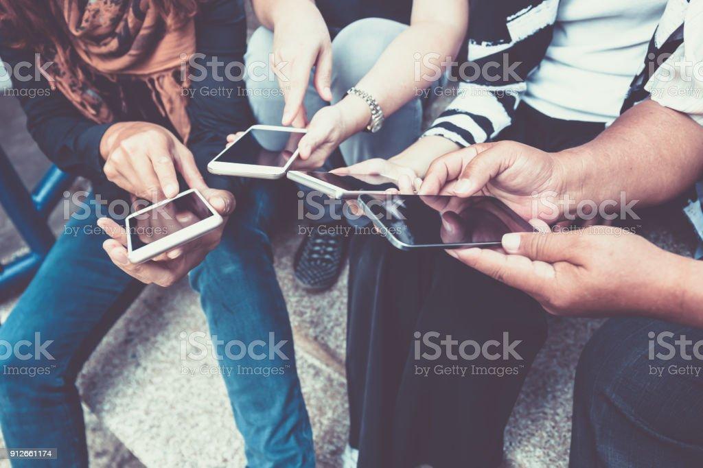 Grupo de personas que utilizan teléfonos inteligentes por concepto de compras o comercio electrónico en línea - foto de stock