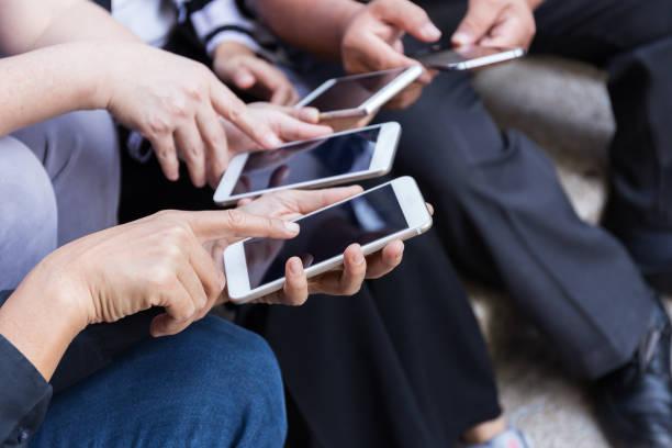 Gruppe von Personen mit Smartphone für Online-shopping oder e-Commerce-Konzept – Foto