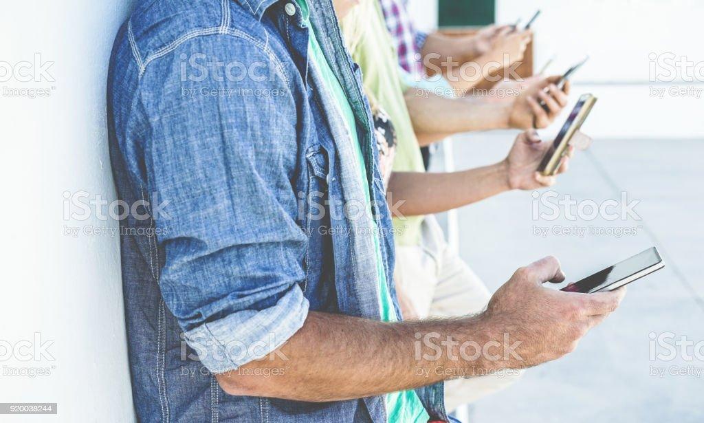 Gruppe von Menschen, die mit Smartphones beim Ansehen von Videos, die erste Mann Hand Handy outdoor - Freunde, die Spaß mit Technologie-Trends - Jugend, Tech und Freundschaft Konzept - Schwerpunkt – Foto