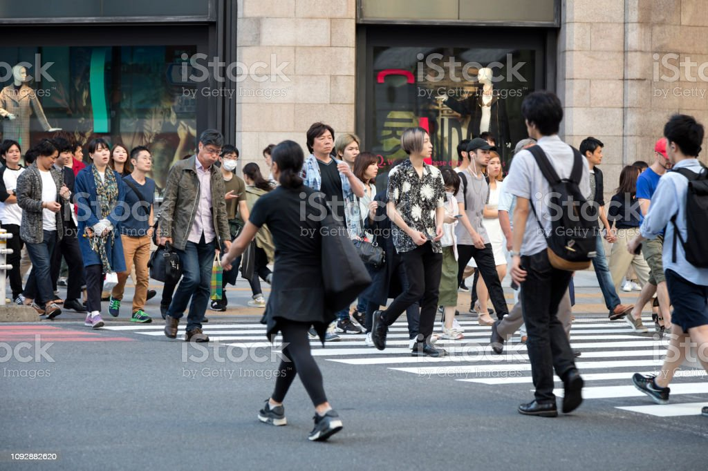 Gruppe von Menschen zu Fuß über Straße in Tokio, Japan – Foto