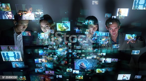 913588258 istock photo Group of people watching many pictures. 913589038