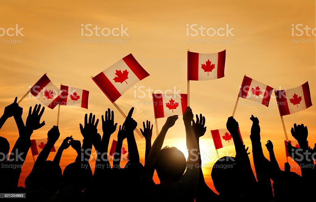 Gruppo di persone sventolare la bandiera del Canada - foto stock