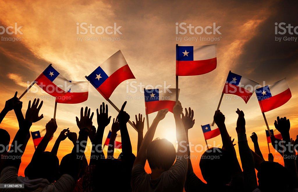 Grupo de pessoas acenando a bandeira do Chile - foto de acervo