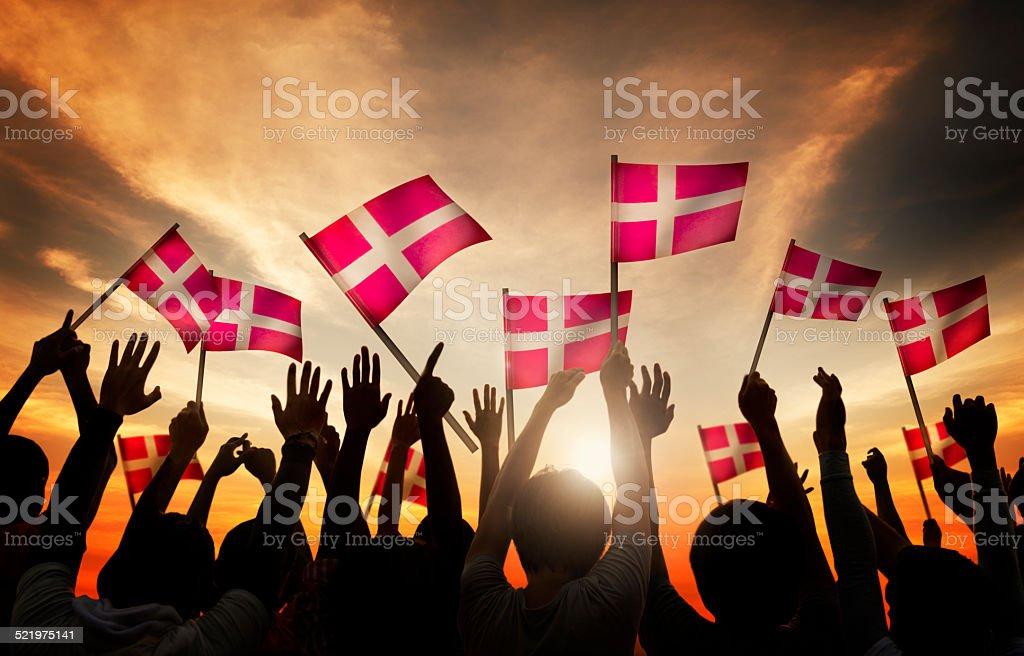 Grupo de personas, agitando la bandera de Dinamarca - foto de stock