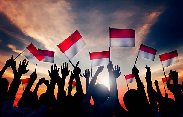 grupo de pessoas acenando a bandeira da indonésia - bandeira da indonesia - fotografias e filmes do acervo