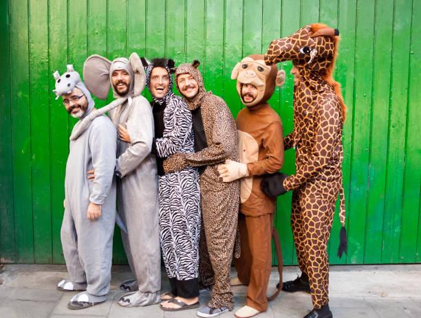 gruppe von personen mit tier kostümen - freund kostüme stock-fotos und bilder
