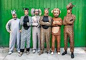 人々の集まり、動物の衣装