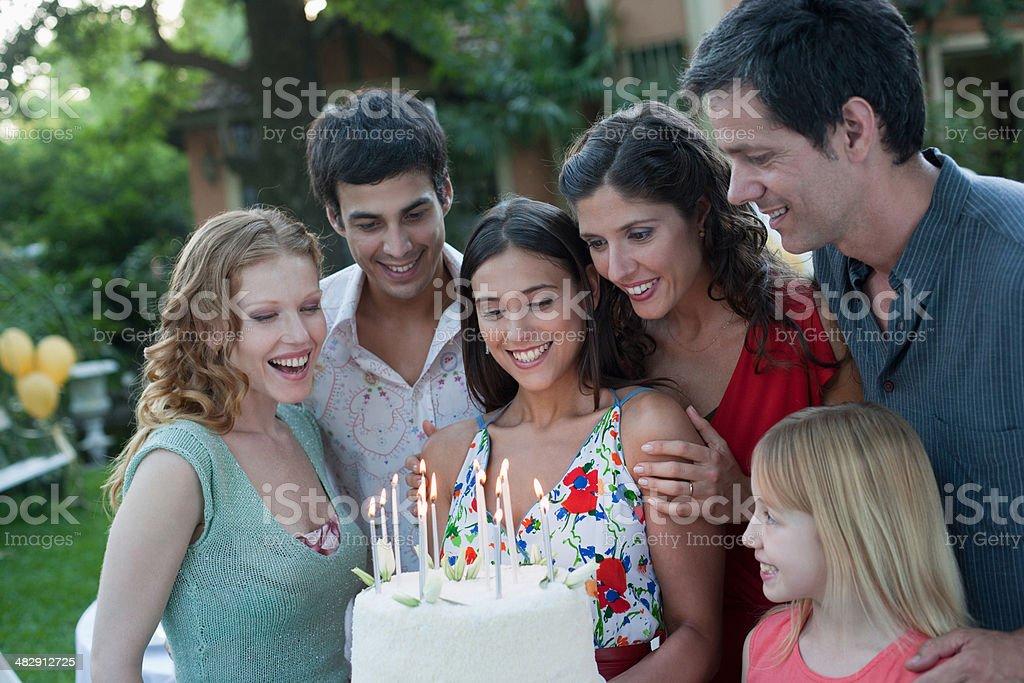 Группа людей с день рождения торт на вечеринка на открытом воздухе стоковое фото
