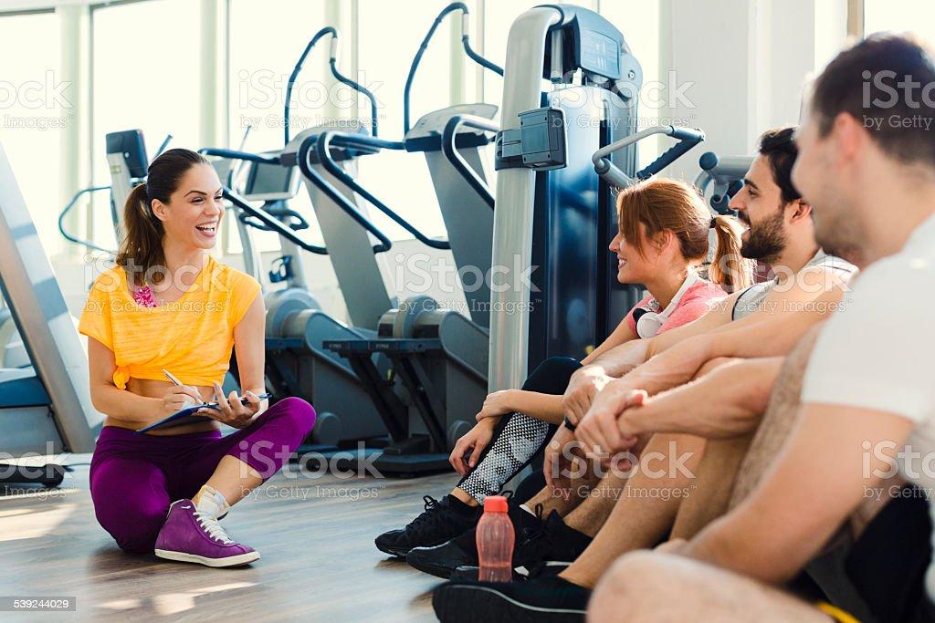 Grupo de personas con un entrenador personal en el gimnasio. foto de stock libre de derechos