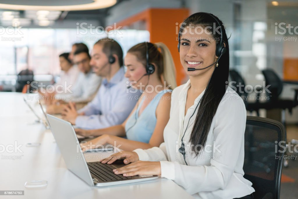 Gruppe von Menschen in einem Callcenter zu arbeiten und suchen sehr zufrieden – Foto