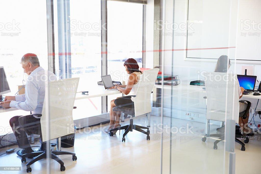 Photo de groupe de personnes travaillant dans un bureau moderne