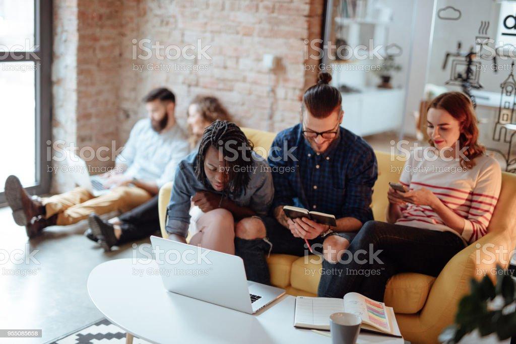 Gruppe von Menschen, die Arbeit in einem modernen Büro – Foto