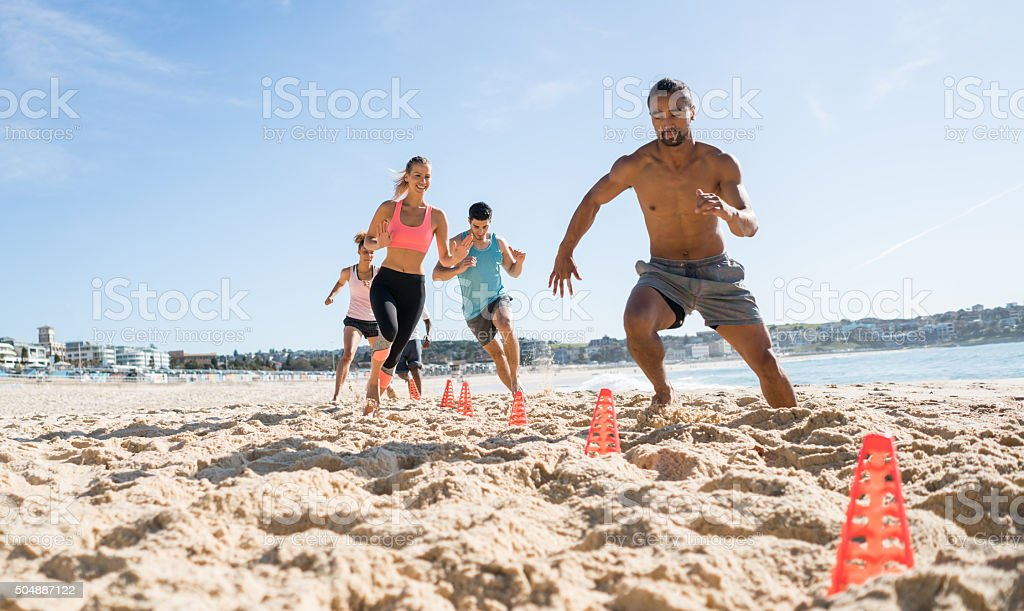 Group of people working out at the beach – Foto