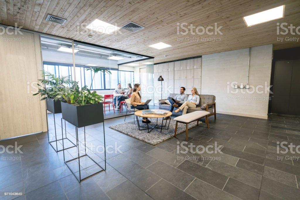 Grupo de personas que trabajan juntos en un espacio de coworking - foto de stock