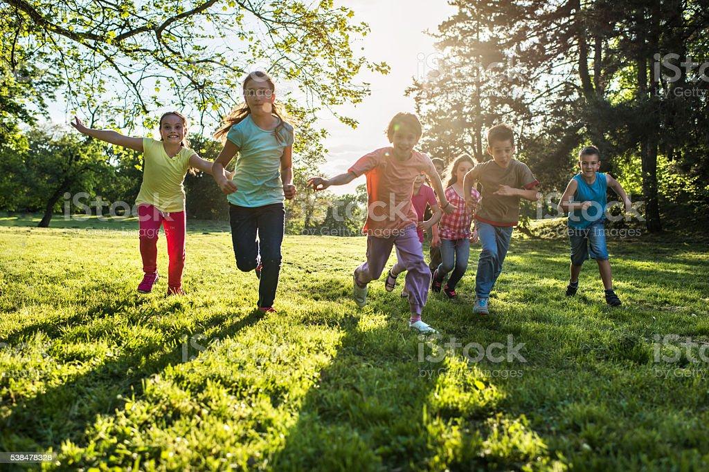 Eine Gruppe von verspielten Kinder Laufen in Natur in den Tag. – Foto