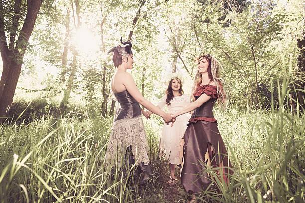 gruppe von fröhlichen forest nymphen - elfenkostüm damen stock-fotos und bilder