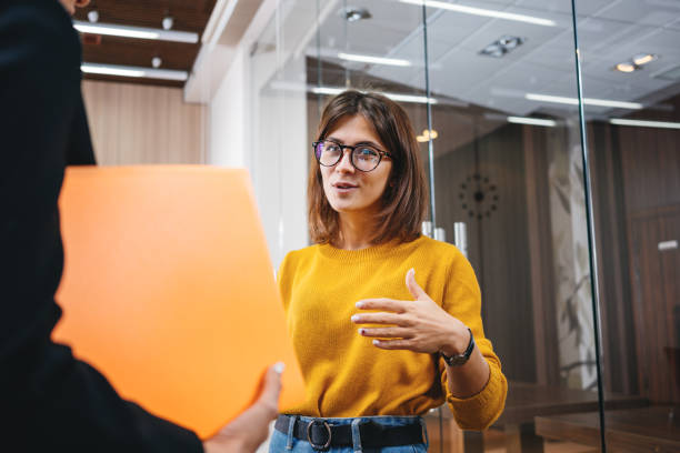 Gruppe von positiven weiblichen Büroangestellten haben sich am Arbeitsplatz im modernen Büro getroffen. Geschäftsleute diskutieren über einen gemeinsamen Arbeitsprozess – Foto