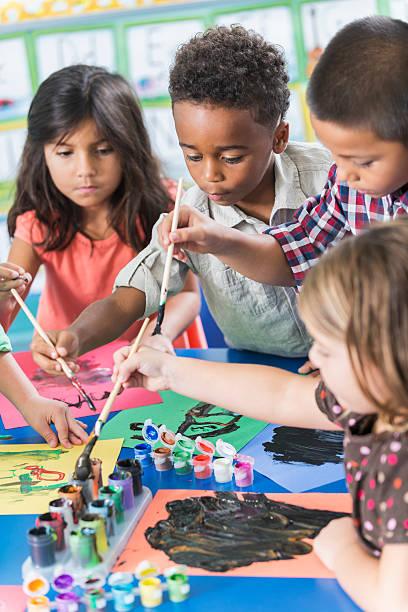 grupo de preschoolers en clase de arte pintura de imágenes - clase de arte fotografías e imágenes de stock