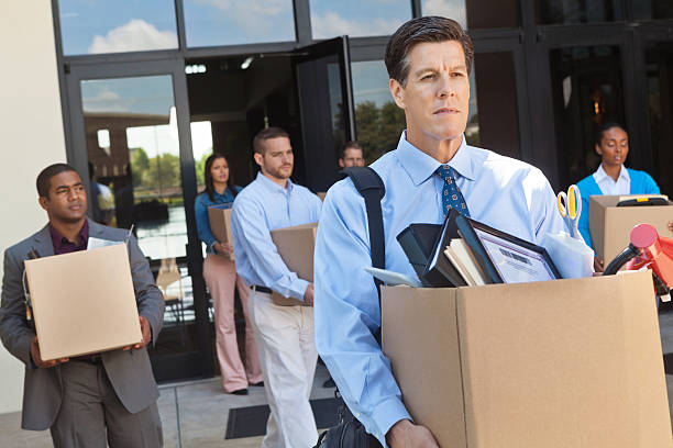 gruppe von mitarbeitern, die büro nach layoff oder die geheizten - stellenabbau stock-fotos und bilder