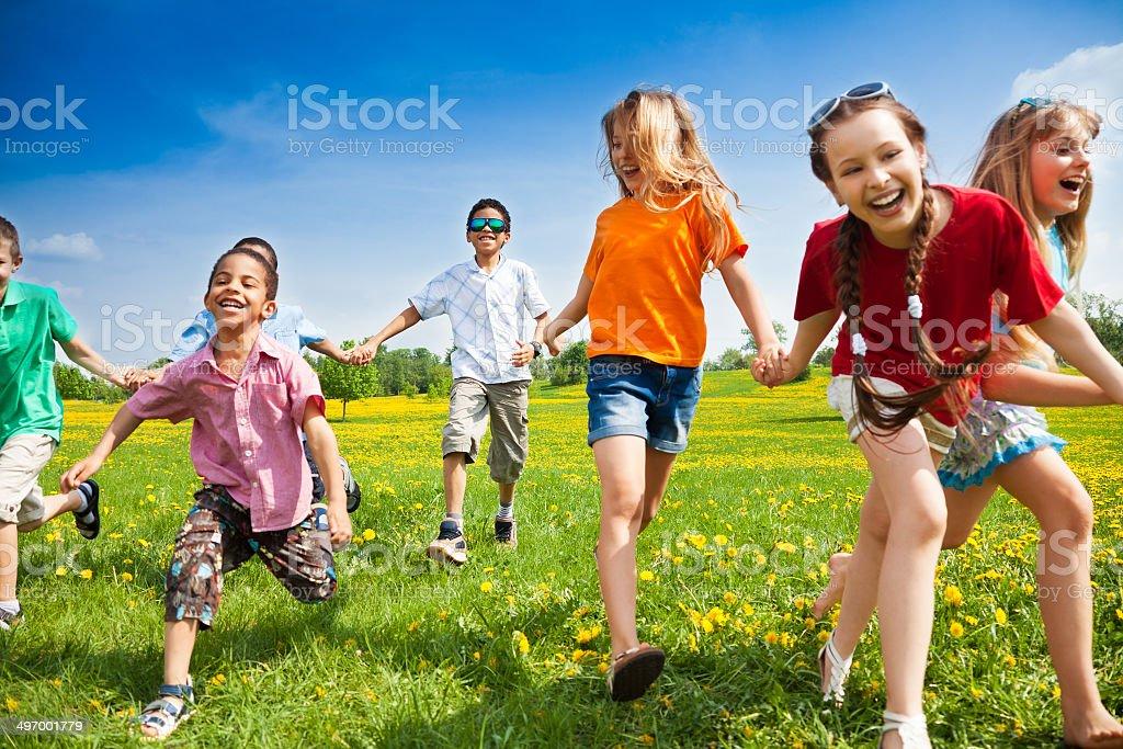 Grupo de niños corriendo - foto de stock