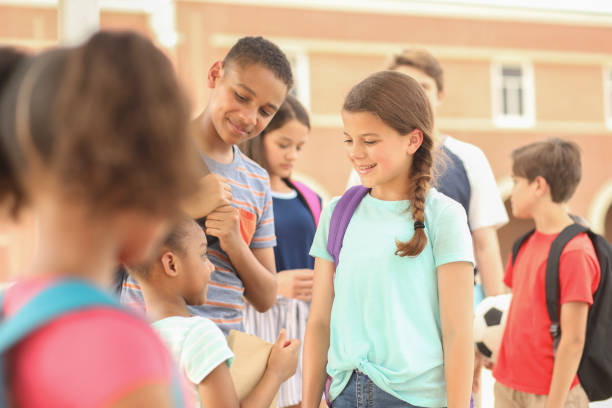 Gruppe von Schulkindern, Freunde im Gespräch auf dem Campus. – Foto